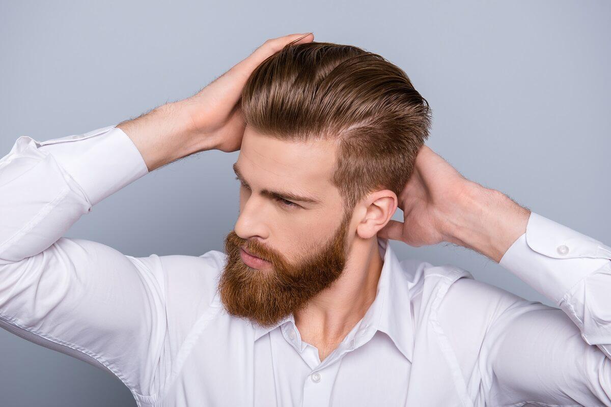 Mann mit gepflegten Haaren und Vollbart