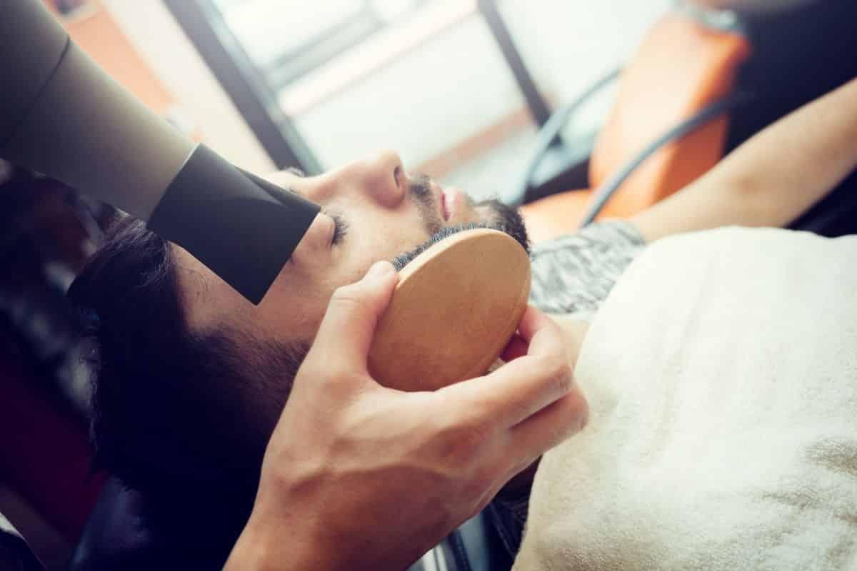 Man wird mit einer Bartbürste Gepflegt.